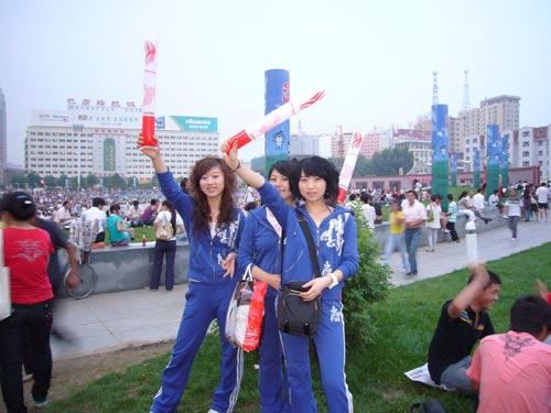 呼和浩特市民齐聚新华广场观看奥运开幕式