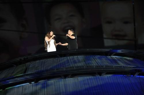 图文:开幕式梦想 刘欢莎拉布莱曼主唱1