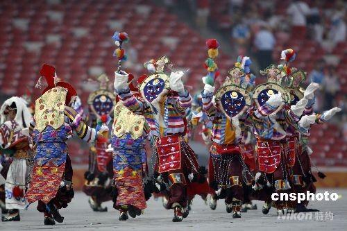 """8月8日,第29届夏季奥运会在北京奥林匹克公园内的国家体育场""""鸟巢""""举行。图为开幕式之前热场演出节目之一:藏族热情奔放的舞蹈。 中新社发 杜洋 摄"""