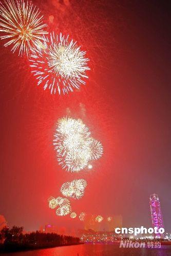 """8月8日,2008北京奥运会开幕式在北京国家体育场""""鸟巢""""拉开帷幕,""""鸟巢""""上空升起绚丽的烟花。 中新社发 盛佳鹏 摄"""