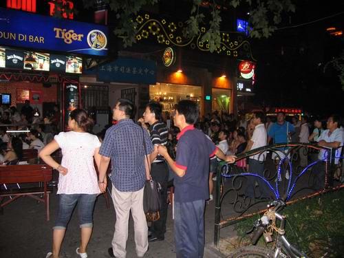 上海市民酒吧看开幕式