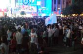 上海:夜间的人民广场上聚集大量市民观看开幕