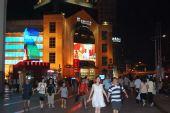 上海:浦东正大广场市民驻足观看奥运开幕式