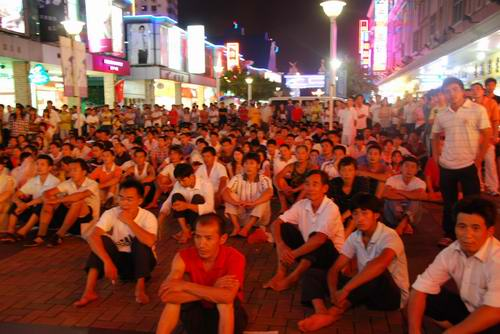 东莞市民收看开幕仪式直播