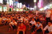 东莞:市民在不同的场所统一收看开幕仪式直播