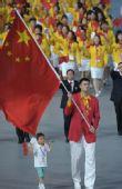 图文:中国代表团入场 旗手姚明携手小朋友