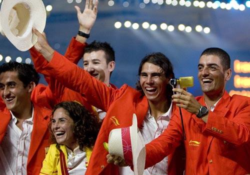 图文:奥运会入场式 西班牙选手纳达尔挥手