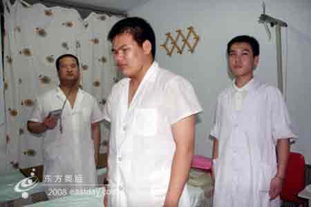 国歌声起三名盲人按摩师原地起立