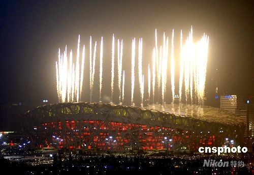 8月8日,第29届夏季奥运会在北京国家体育场开幕,绚丽的烟火映红北京的夜空。 中新社发 王东明 摄
