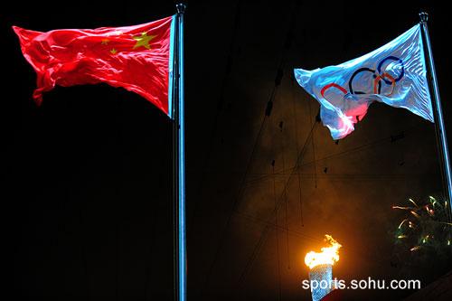 国旗会旗与火炬交相辉映