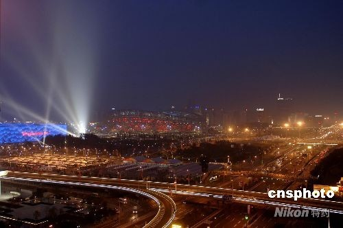 """8月8日晚,北京奥运会正式开幕,国家体育场""""鸟巢""""周边成为不夜天。 中新社发 王东明 摄"""