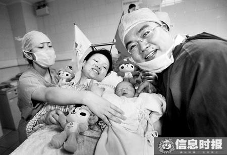 8月8日零点整,广州第十二人民医院,来自广西的林先生妻子水中自然分娩一个女婴,取名林茜惠。时报记者 郭柯堂 实习生 方智恒 摄