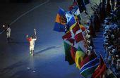 图文:北京奥运会隆重开幕 占旭刚正在传递火炬