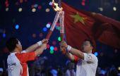 图文:第29届奥运会隆重开幕 占旭刚传递给张军