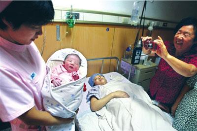 """昨天,奥运宝宝""""欢欢""""在积水潭医院出生。 本报记者欧阳晓菲摄"""