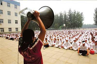 7月16日,在北京训练基地,工作人员用高音喇叭进行总动员。