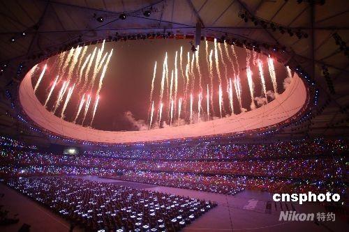 """8月8日晚,第二十九届夏季奥运会在北京奥林匹克公园内的国家体育场""""鸟巢""""隆重开幕,当晚,北京""""鸟巢""""成为欢乐的海洋。 中新社发 任晨鸣 摄"""