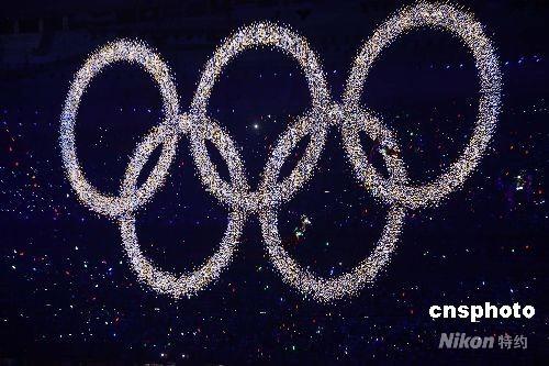 """8月8日晚8时8分,第二十九届夏季奥运会在北京的国家体育场--鸟巢隆重开幕。五环图案在北京""""鸟巢""""内闪耀。 中新社发 任晨鸣 摄"""