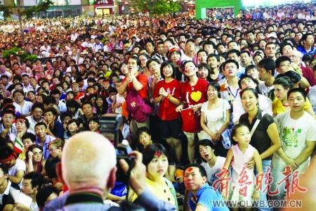▲数万观众聚集在王府井商业街观看开幕式。