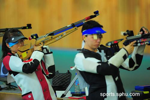 图文:女子十米气步枪资格赛 赵颖慧举枪射击
