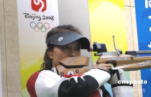 7月21日上午8时30分,也就是8月9日奥运女子10米气步枪比赛的时间,中国队在此项目上争金双保险之一的赵颖慧,持枪站在奥运比赛场馆10米馆的射击位上,真枪实弹模拟了一场奥运首金争夺战。 中新社发 魏群 摄