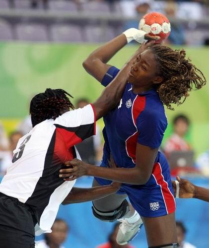 图文:北京奥运会女子手球法国vs安哥拉  争抢