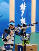 图文:埃蒙斯夺得北京奥运会首金 暗自微笑
