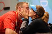图文:埃蒙斯夺得北京奥运会首金 与丈夫亲吻
