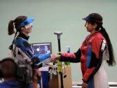 图文:北京奥运会首金诞生 埃蒙斯接受祝贺