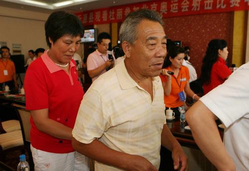 图文:杜丽无缘奖牌父母匆忙离开 父亲离开
