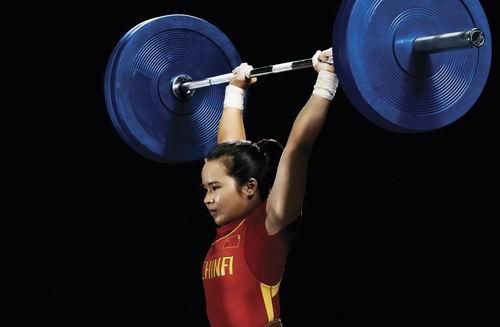 图文:陈燮霞为北京奥运中国团赢首金 写真