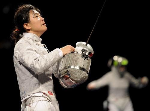 图文:奥运会女子佩剑个人赛 谭雪神色凝重