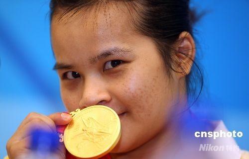 8月9日上午,中国举重选手陈燮霞在北京奥运会女子举重48公斤级决赛中气势如虹,以总成绩212公斤打破奥运会记录,力压各路群芳获得冠军,为中国军团斩获本届奥运会的第一枚金牌。 中新社发 任晨鸣 摄