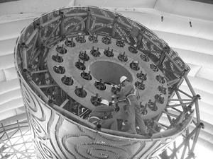 为了保密,主火炬塔被吊装在鸟巢的钢结构上之后,工作人员只能在充气大棚中进行调试