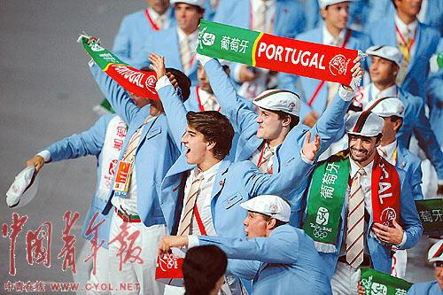 ▲葡萄牙人手中也有中国元素。 本报记者 刘占坤摄