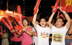 市民观看奥运开幕式兴奋欢呼