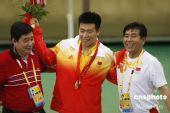 图文:新科奥运冠军庞伟与教练王义夫分享喜悦