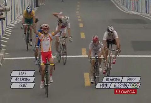 图文:桑切斯获得男子公路自行车赛金牌