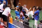 图文:埃蒙斯夺得北京奥运会首金 拥抱教练