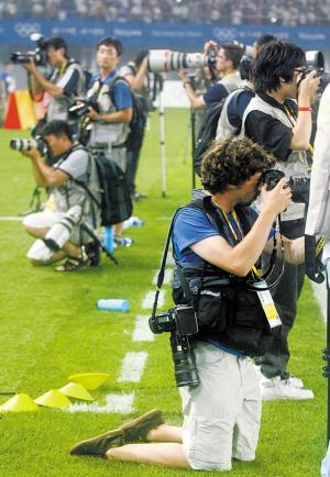 虽说男儿膝下有黄金,为奥运豁出去了。