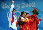 图文:陈燮霞为中国代表团捧得首金 向观众致意