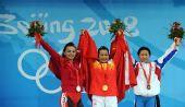 图文:陈燮霞为中国代表团捧得首金 颁奖仪式上