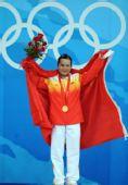 图文:陈燮霞为中国代表团捧得首金 领奖台上