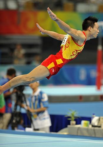 图文:中国男子团体资格赛 杨威表演自由体操