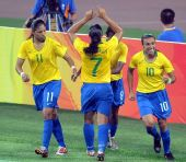图文:[女足]巴西VS朝鲜 拥抱庆祝