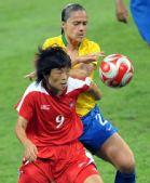 图文:[女足]巴西VS朝鲜 李芸淑与对手争抢