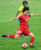 图文:[女足]巴西VS朝鲜 李琴淑传球