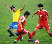 图文:[女足]巴西VS朝鲜 玛塔以一敌二