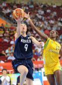 图文:女篮小组赛韩国胜巴西 韩国队员上篮