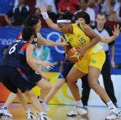图文:女篮小组赛韩国胜巴西 巴西队员护球